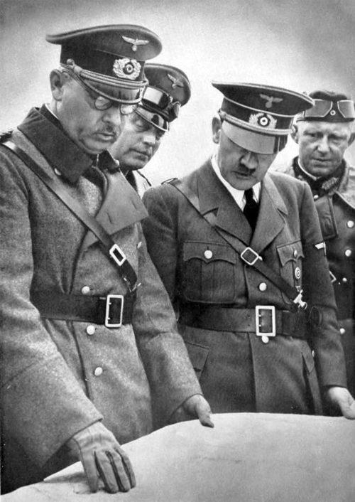 Альфред Йодль, Адольф Гитлер и Вильгельм Кейтель у карты. Польша. 1939 г.