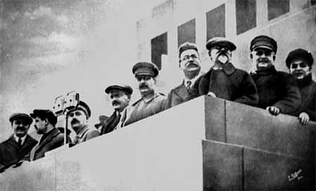Сталин и члены Правительства на Мавзолее.