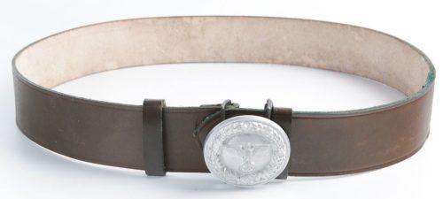 Кожаный ремень с серебристой пряжкой офицера лесничего.