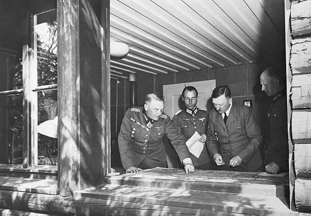 Альфред Йодль, Адольф Гитлер и Вильгельм Кейтель у карты. г. Бад Мюнстерэйфель.1940 г.