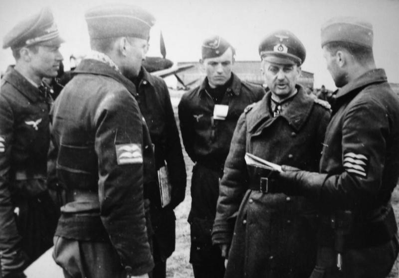 Вальтер Модель с пилотами люфтваффе. 1941 г.