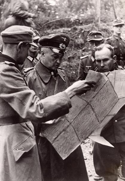 Вальтер Модель у карты. 1941 г.