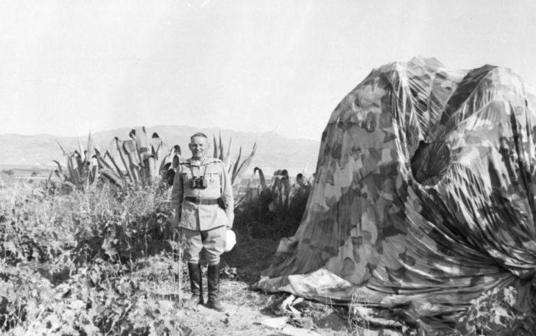 Бернхард Рамке на о. Крит с парашютом. 1941 г.