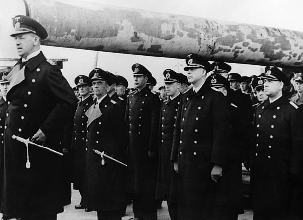 Эрих Редер с экипажем тяжелого крейсера «Prinz Eugen». 1942 г.