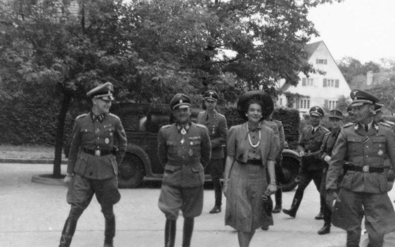 Зепп Дитрих с женой и Гюнтером д'Алкен Берлин. 1942 г.