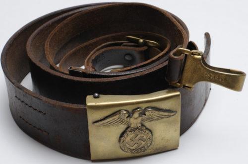 Кожаный коричневый ремень с пряжкой СА и портупеей.
