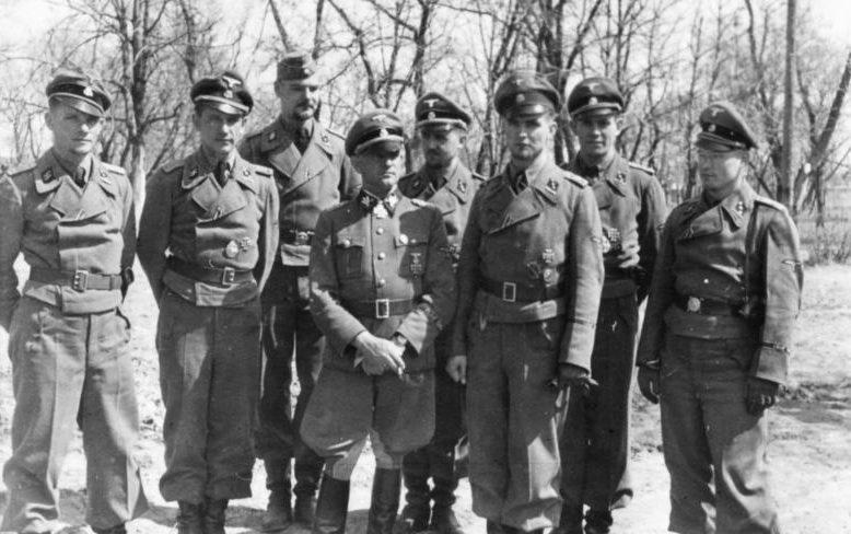 Зепп Дитрих с офицерами Лейбштандарта. 1942 г.