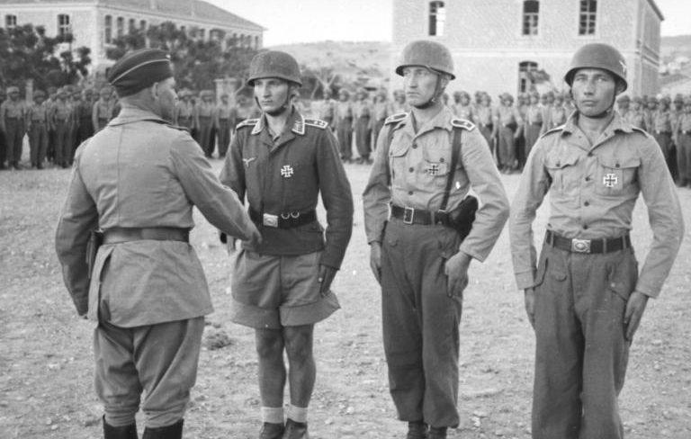 Бернхард Рамке награждает десантников. о. Крит. 1941 г.