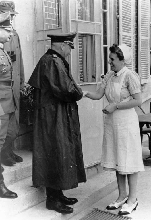 Ганс Клюге с медицинской сестрой во время инспекции Атлантического вала. 1944 г.