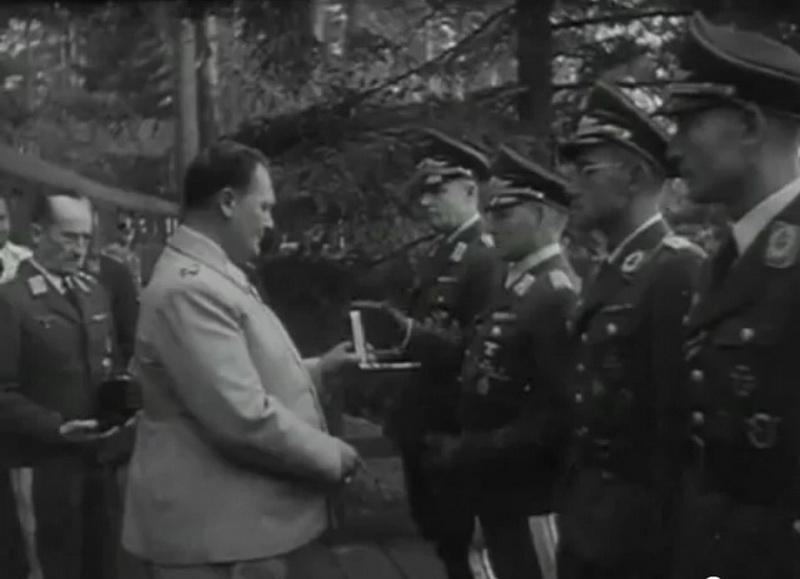 Бернхард Рамке в числе награждаемых Германом Герингом. 1941 г.