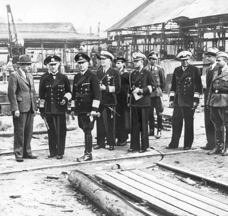 Эрих Рёдер с офицерами на верфи. 1942 г.