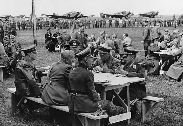 Альфред Йодль, Адольф Гитлер и Бенито Муссолини обедают на военном аэродроме. Умань 1942 г.