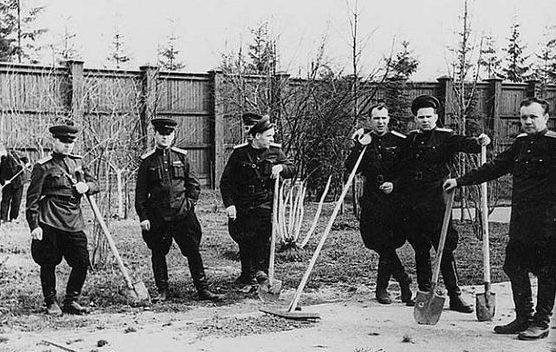 Охрана на субботнике. Дача Сталина в Зубалово. Высота забора 2,5 м.
