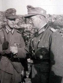 Георг Риттер награждает гонного стрелка. 1943 г.