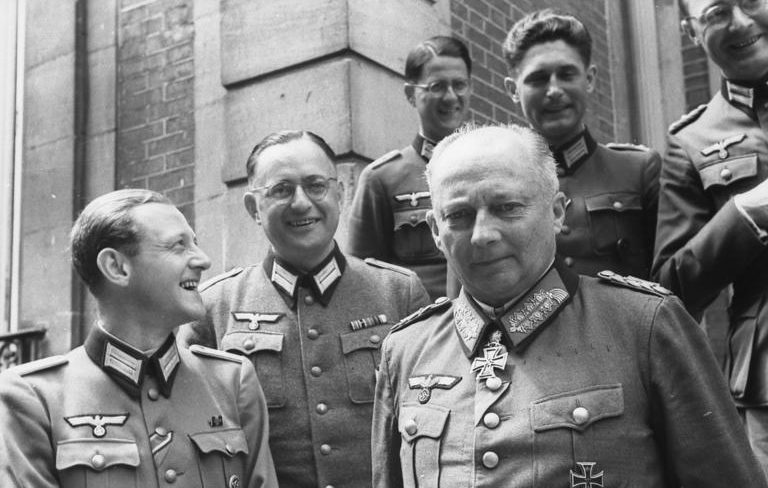 Ганс Клюге с офицерами. Франция. 1944 г.