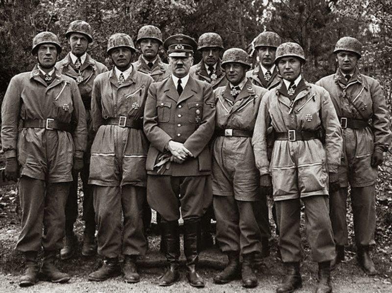 Гитлер с десантниками после церемонии награждения. «Felsennest», 13 мая 1940 г.