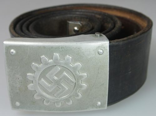 Ремень и пряжка DAF серебристого окраса.