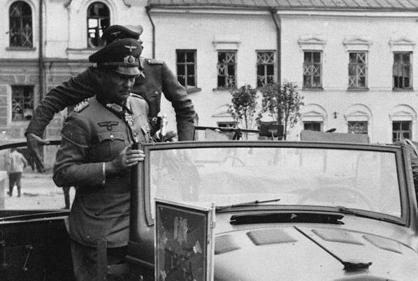 Ганс Клюге у штаба дивизии. 1944 г.