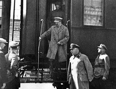 Сталин и Ворошилов на выходе из литерного поезда.