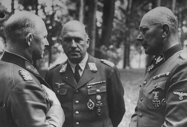 Альфред Йодль среди офицеров. 1944 г.