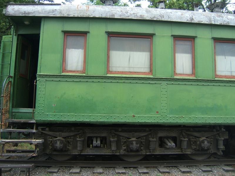 Бронированная нижняя часть вагона и трехосная тележка вагона, позволяющая выдерживать вес вагона и повышающая устойчивость.