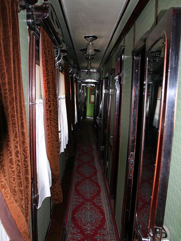Общий коридор салон-вагона.
