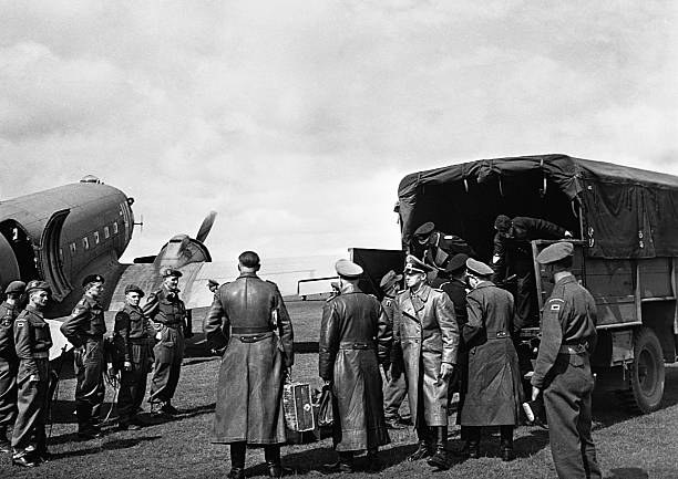 Альфред Йодль и Карл Дениц под конвоем. 1945 г