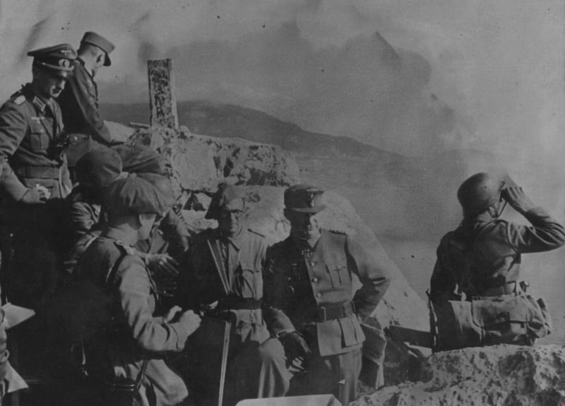 Рудольф Конрад с румынскими офицерами на наблюдательном пункте в Крыму. 1944 г.