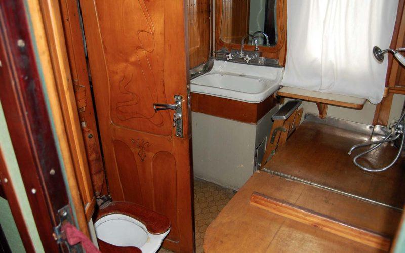 Купе-санузел с унитазом, умывальником и ванной вождя.