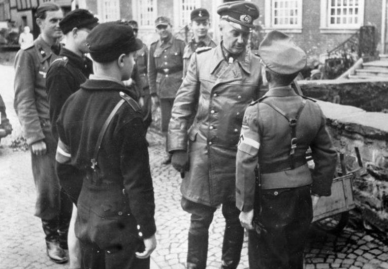 Вальтер Модель с членами Гитлерюгенд. 1944 г.