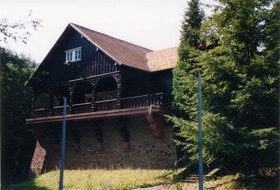 Сохранившийся коттедж №5 над бункером, похожий на дом №1 фюрера.