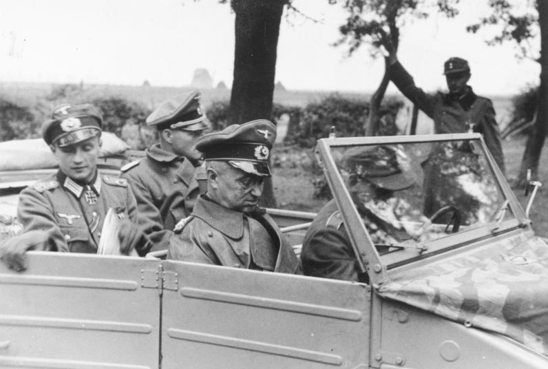 Вальтер Модель инспектирует войска. Ахен. 1944 г.