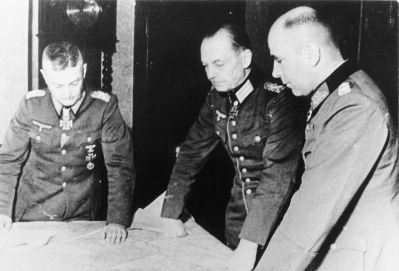 Вальтер Модель, Герд фон Рундштедт и Ганс Кребс у карты. 1944 г.