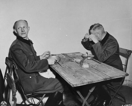 Альфред Йодль и Вильгельм Кейтель в столов на Нюрнбергском процессе. 1945 г.