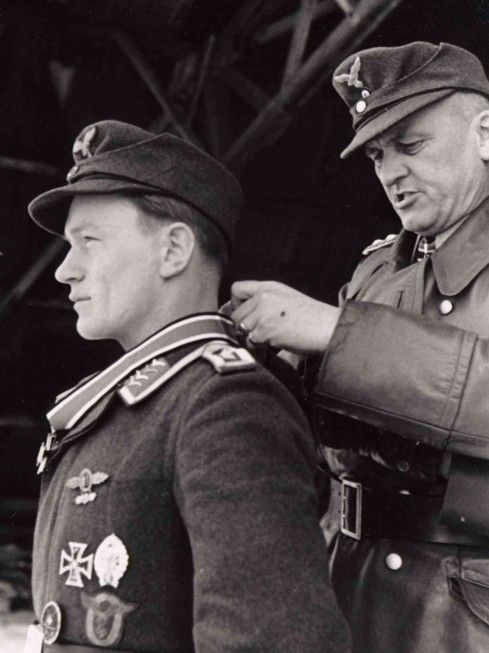 Гюнтер Кортен награждает Карла Гаупта. 1942 г.