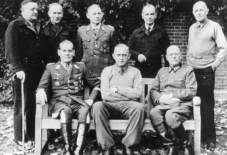 Бернхард Рамке с офицерами. 1944 г.