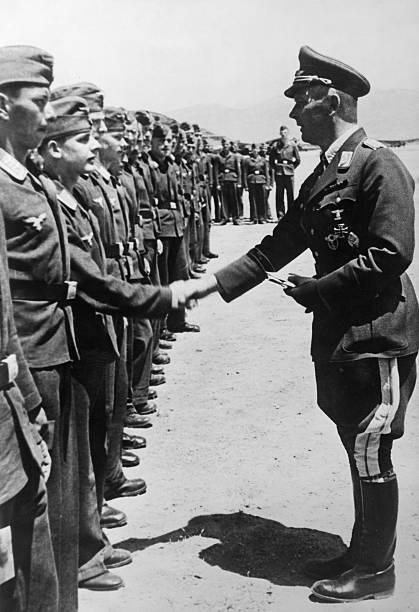 Вольфрам Рихтгофен награждает пилотов. 1941 г.