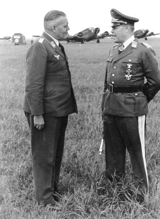 Альберт Кессельринг на летном поле. Восточный фронт. 1941 г.