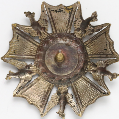 Аверс и реверс офицерского полкового знака 18-го пехотного полка.