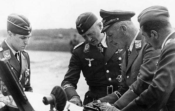 Вольфрам Рихтгофен с офицерами. 1942 г.