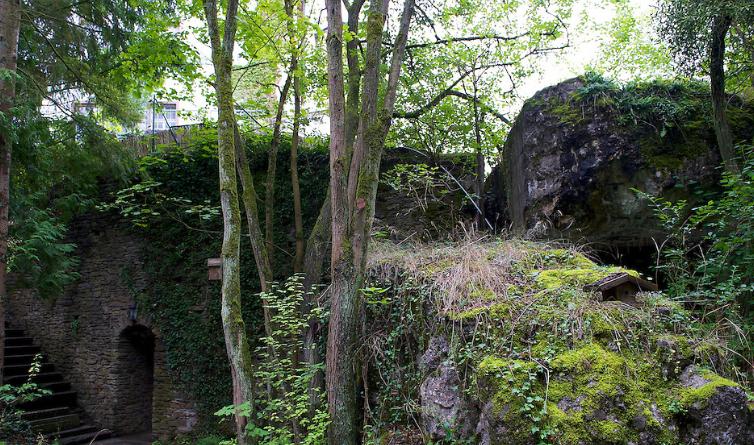 Руины других бункеров штаб-квартиры.