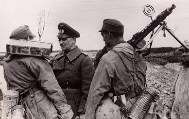 Вальтер Модель с солдатами. 1944 г.