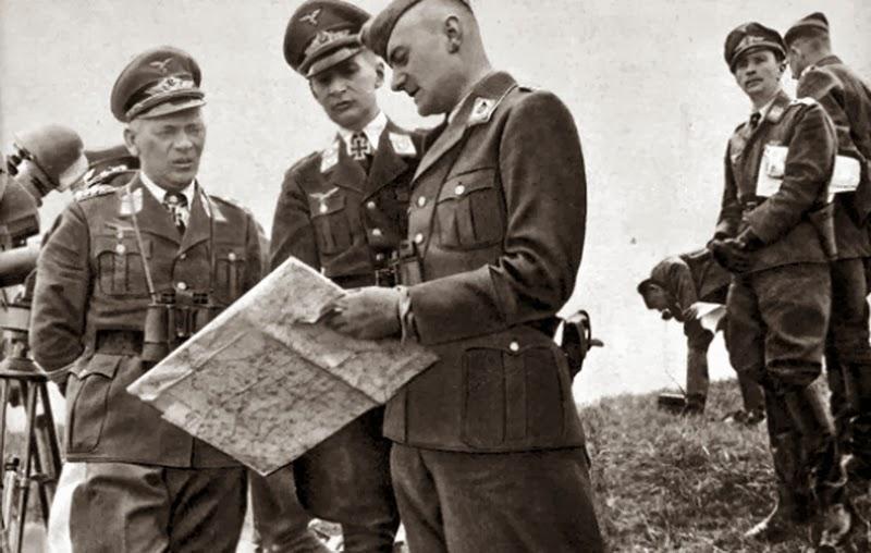 Вольфрам Рихтгофен с офицерами люфтваффе у карты. 1943 г.