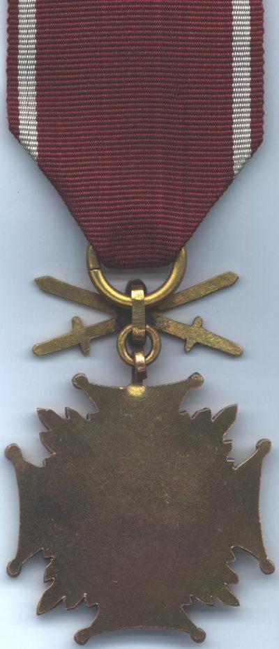 Реверс Золотого Креста Заслуги с мечами.