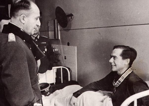 Эрхард Раус вручает Отто Родуолд в Рыцарский крест Железного креста. 1942 г.