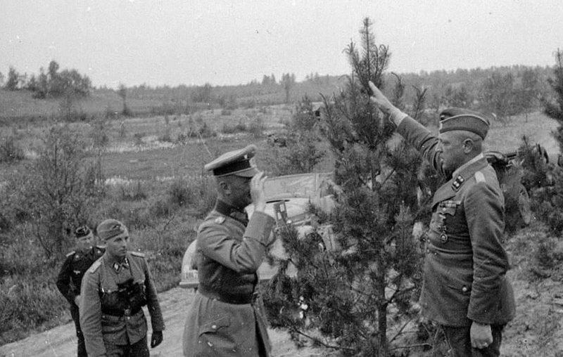 Георг Рейнгардт с инспекцией в 8-м пехотном полку СС. 1943 г.