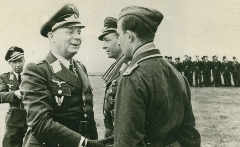 Йозеф Каммхубер вручает Рыцарский крест Манфреду Мойреру. 1943 г.