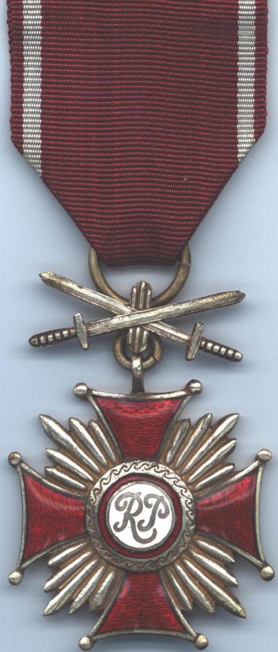 Аверс Серебряного Креста Заслуги с мечами.