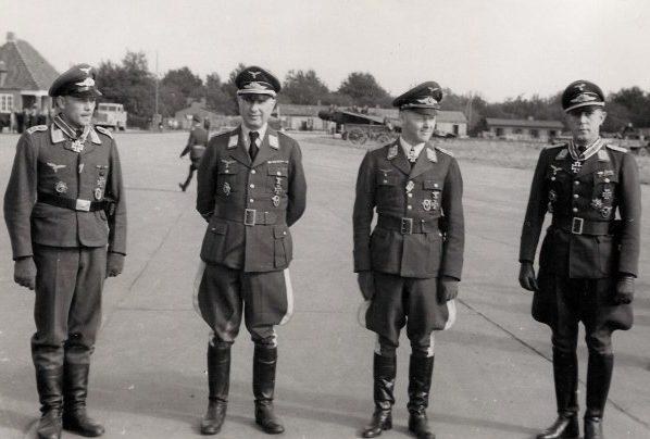Йозеф Каммхубер, Рейнхард Коллак и Вальтер Эле на аэродроме. 1944 г.