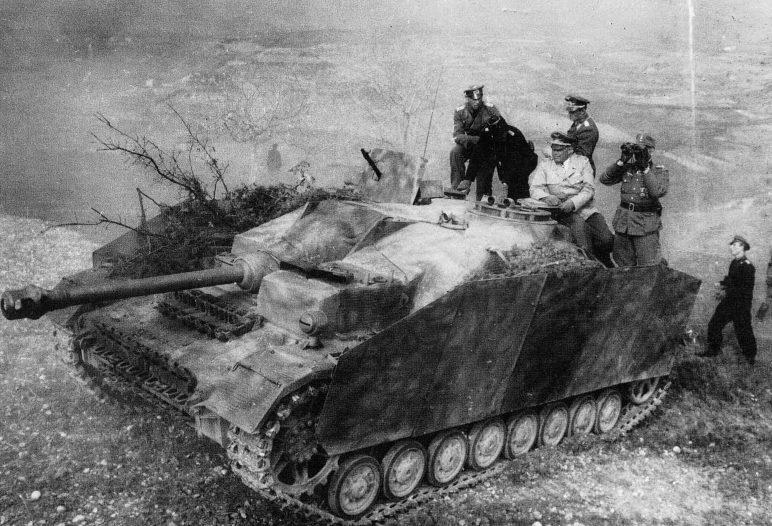 Альберт Кессельринг проводит рекогносцировку местности с офицерами с брони САУ StuG IV. 1944 г.